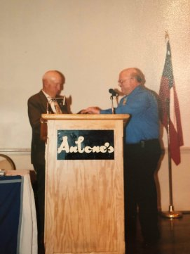 Ed Bearss receives recognition from the Mahoning Valley Civil War Round Table for his presentation to the group. (Image Courtesy Gary Wholf)